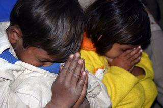 Praying-children-in-Pakistan